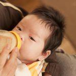 赤ちゃんを脱水症状から守るために知っておきたい、水分補給のタイミングと正しいあげ方